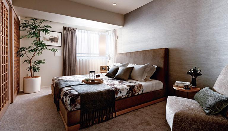 a630fe1aac 寝室は休む場所なので、落ち着いた空間にしたいですよね。そのため、寝室のカーテンの色は、アースカラーか、青色など寒色系の色をオススメします。